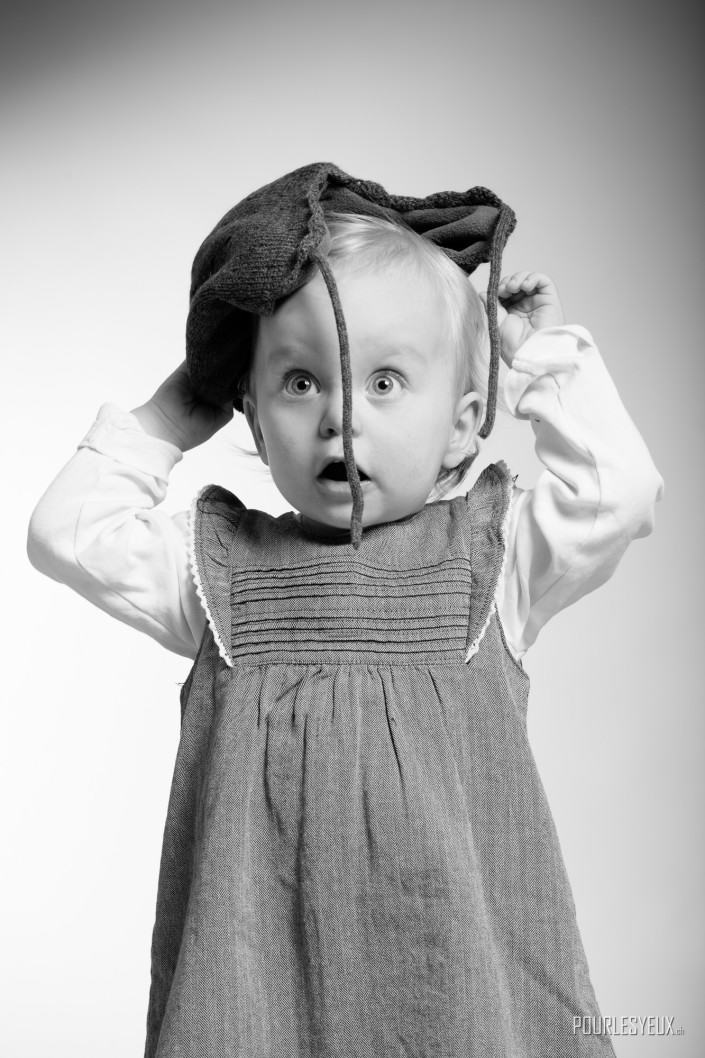 Photographe enfant geneve fille noir et blanc