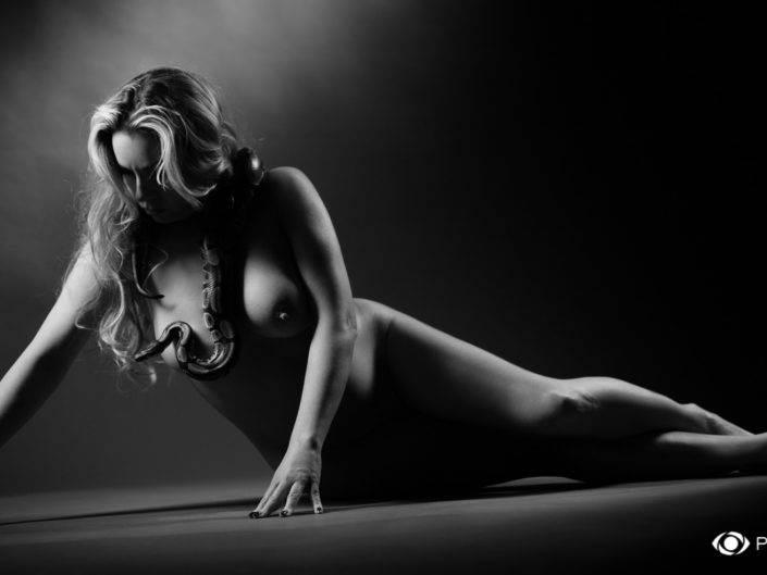 Photographe Genève suisse serpent femme noir blanc baptême découverte séance photo