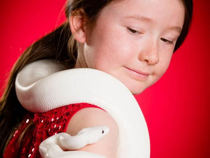 Photographe Genève suisse famille enfant portrait serpent découverte baptême