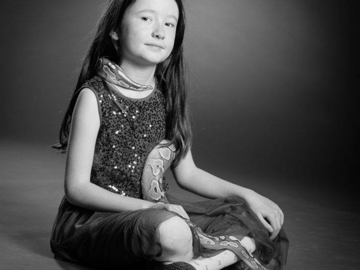 Photographe Genève suisse noir blanc serpent fille enfant baptême découverte séance photo