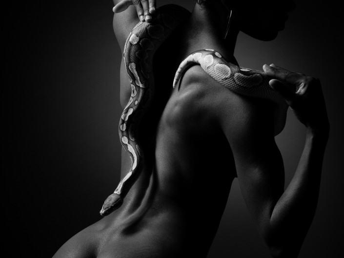 photographe geneve carouge femme noir blanc serpent