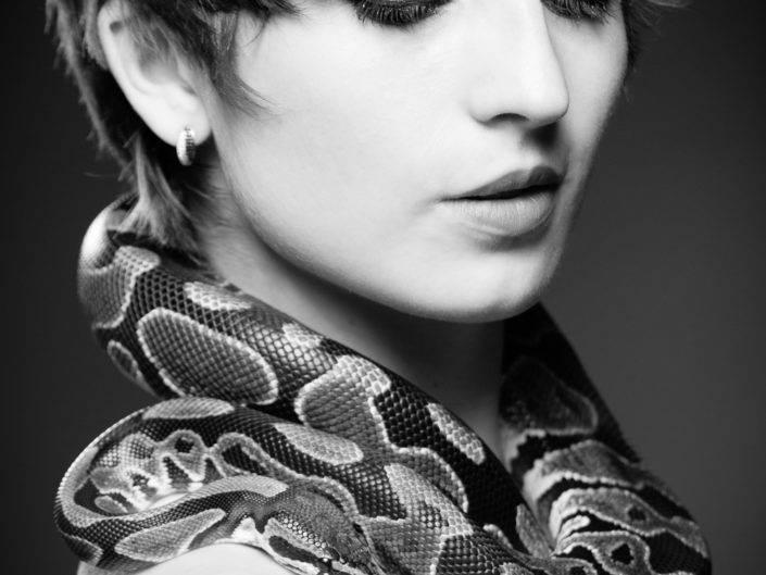 photographe Genève photo avec serpent portrait noir et blanc python royal