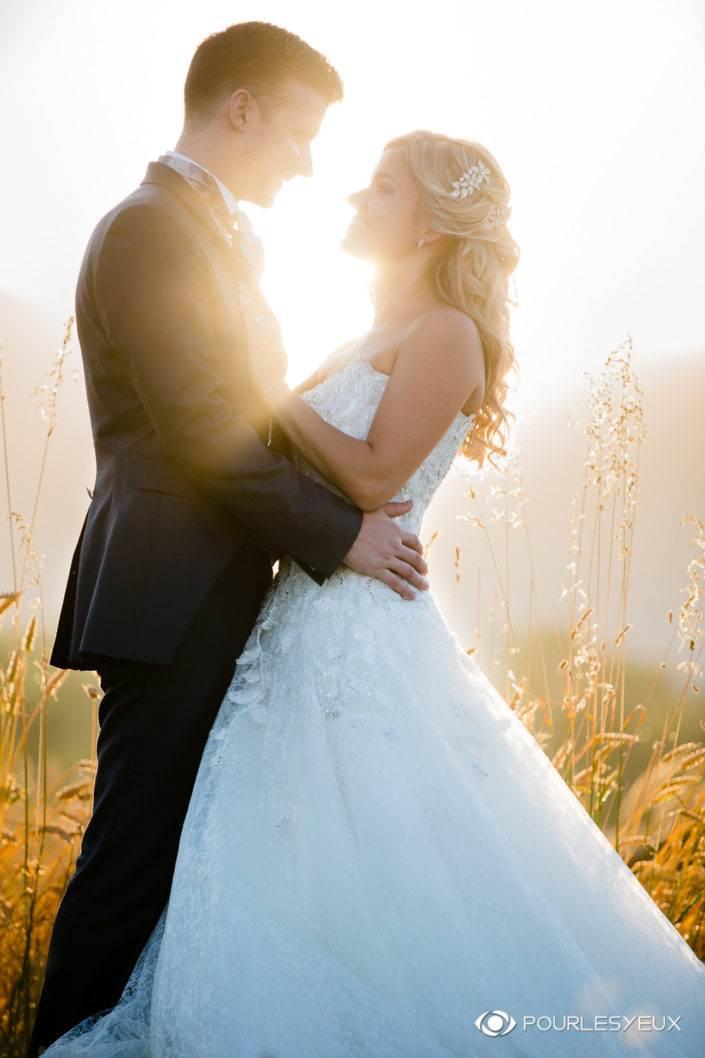 Photo de mariage romantique au coucher de soleil dans les blé