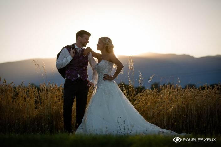 Mariés radieux au coucher de soleil