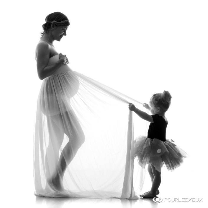 Maman enceinte et fille avec tutu