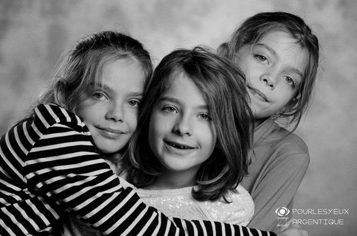 portrait photographe genève séance photo argentique filles enfant famille soeurs