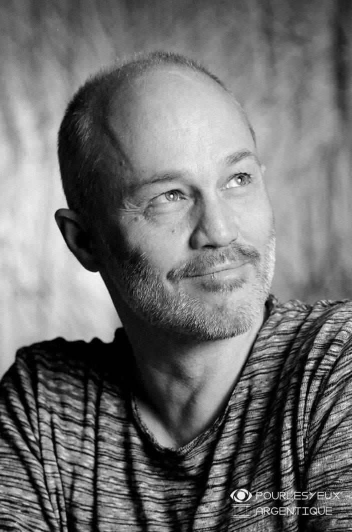 portrait photographe genève homme séance photo shooting noir blanc argentique