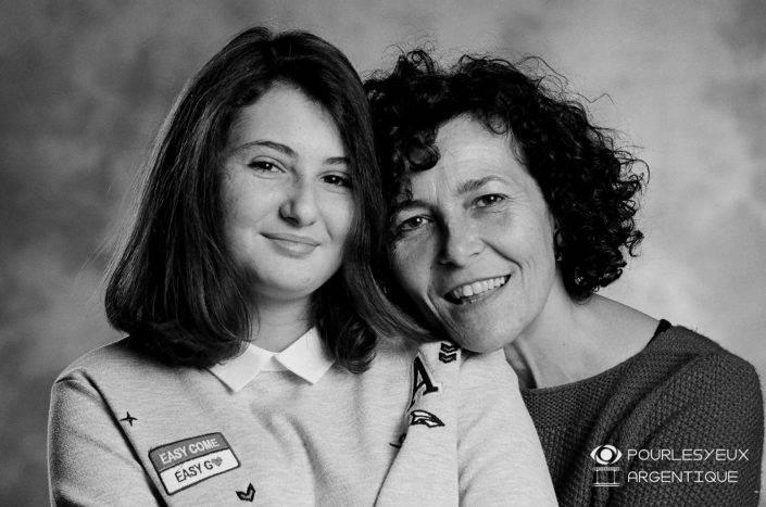 portrait photographe genève séance photo famille mère fille argentique