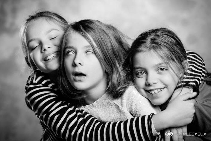 portrait photographe genève séance photo soeurs noir blanc famille enfant