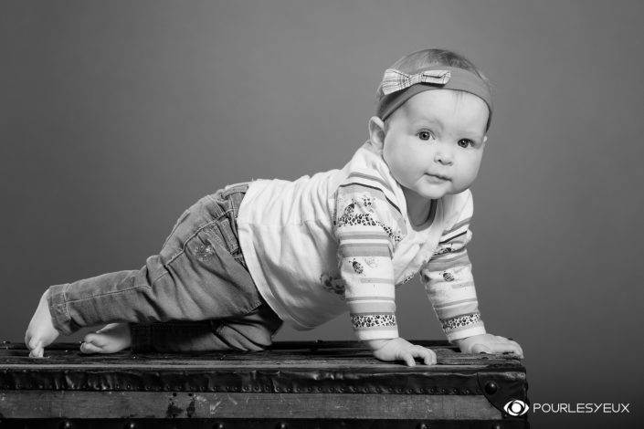 photographe genève bébé enfant baby babybook noir blanc séance photo shooting fille