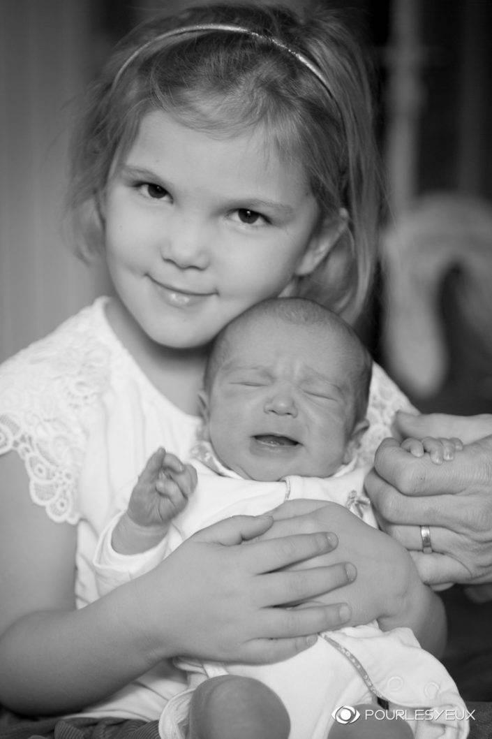 photographe genève séance photo shooting enfant bébé baby babybook fille portrait noir blanc