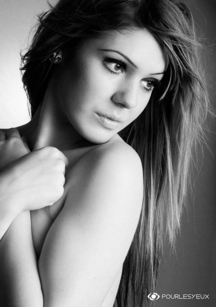 photographe Genève glamour femme topless noir-blanc