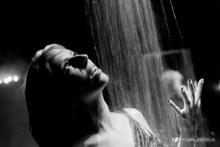 photographe Genève femme glamour douche noir et blanc