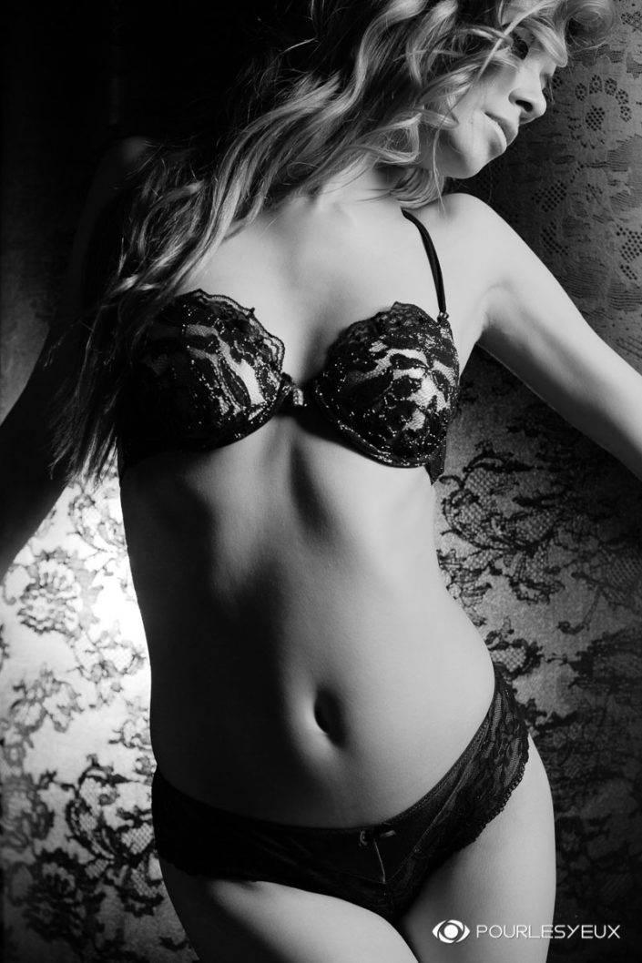 photographe Genève femme glamour lingerie dentelle noir et blanc