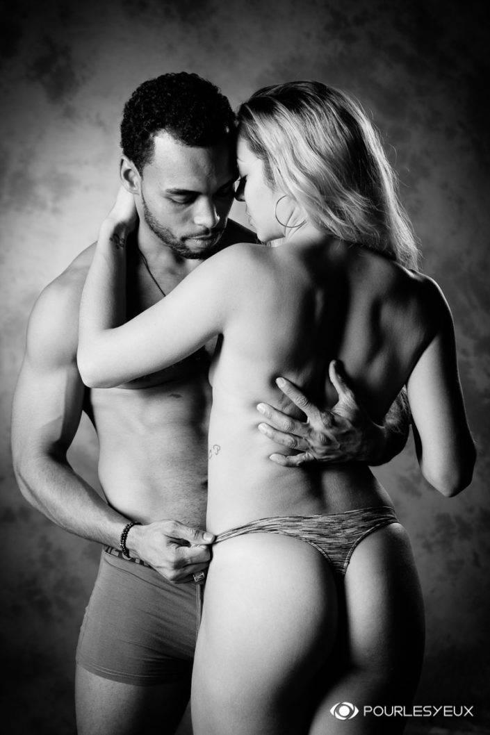 photographe Genève couple glamour lingerie noir et blanc