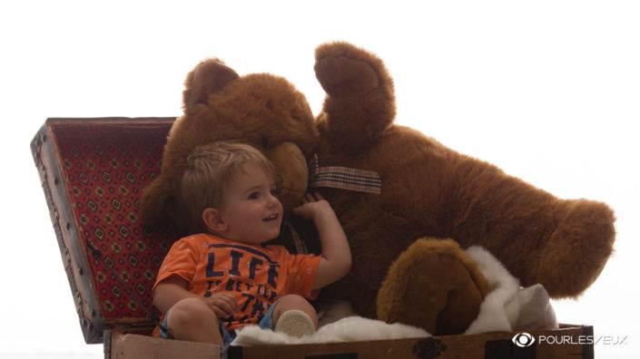L'ours qui murmure à l'oreille de l'enfant
