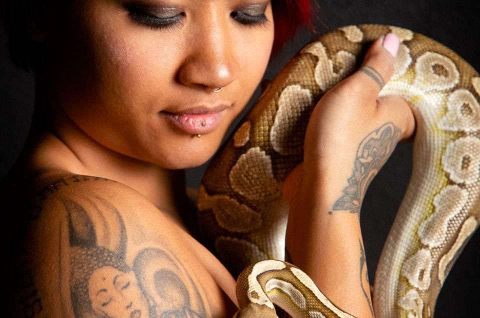 mode fashion portrait adulte femme woman women photographe genève carouge séance photo shooting maquilleuse maquillage beauté serpent python portrait